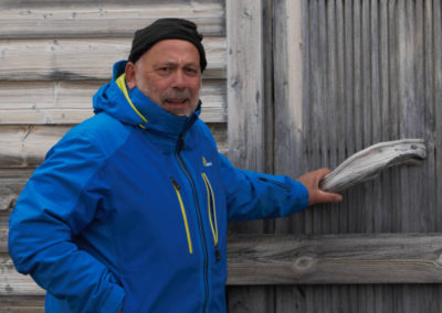 """""""Photographieur"""" sur le seuil de la cabane des trappeurs à Kinnvika"""