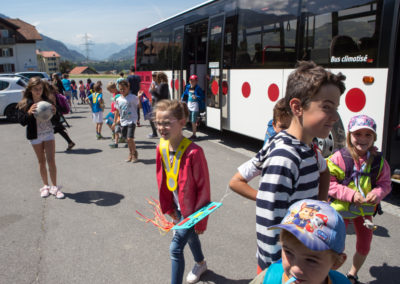 enfants du village au retour de l'école